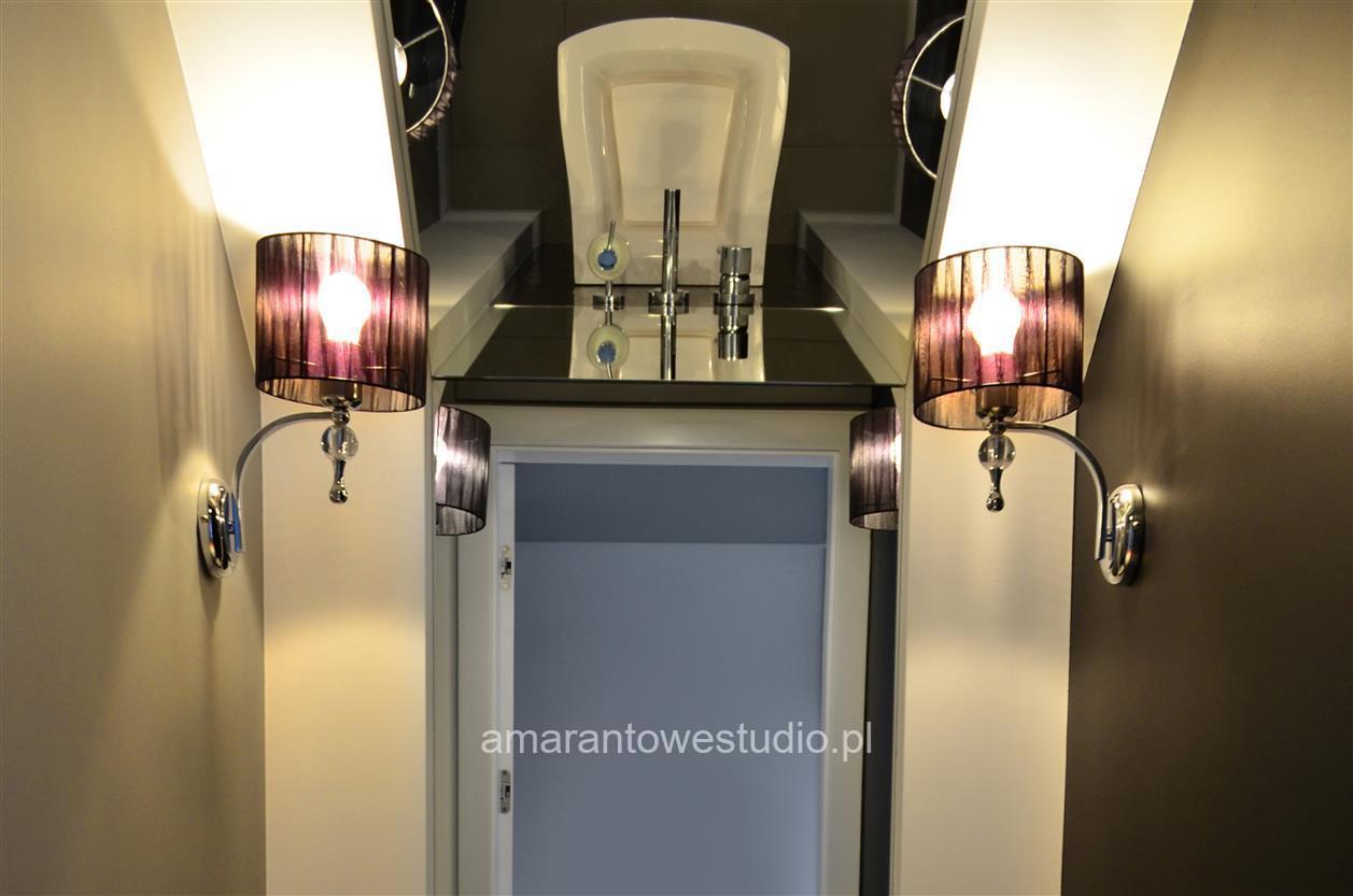 Aranżacja salony - nowoczesny dom w odcieniach szarości.