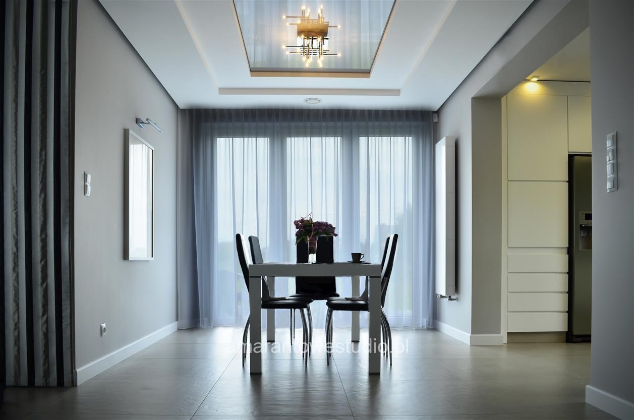 Aranżacja salonu - nowoczesny dom w odcieniach szarości.