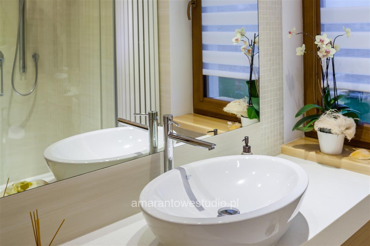 Biała łazienka z nowoczesną umywalką nablatową