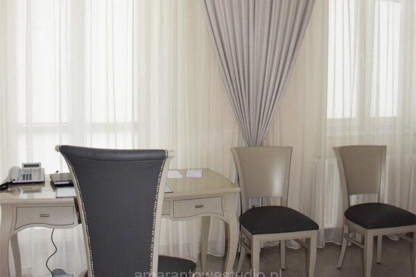 Aranżacja wnętrz według architekta wnętrz stylowy stolik i krzesła Białystok