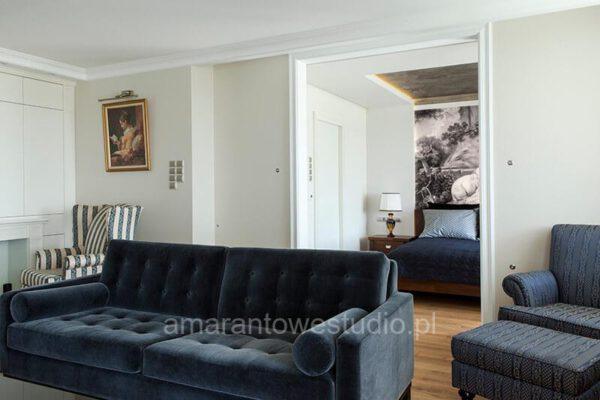 Salon z niebieskimi sofami zaprojektowany przez projektanta wnętrz Białystok