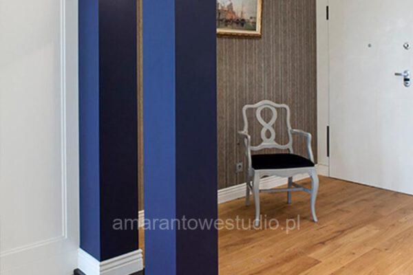 Salon ze stylowym krzesłem w aranżacji architekta wnętrz Białystok