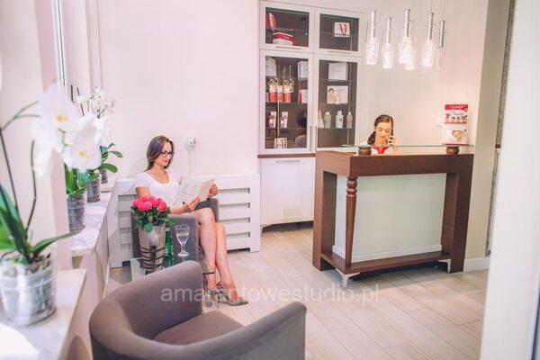 Poczekalnia salonu kosmetycznego w aranżacji projektanta wnętrz Białystok