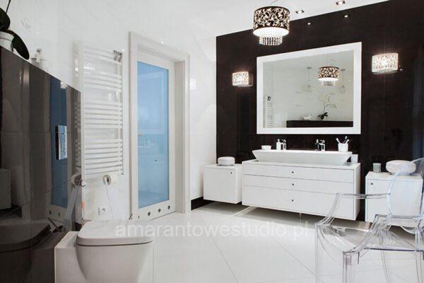 Czarno biała łazienka zaprojektowana przez projektantów wnętrz Białystok
