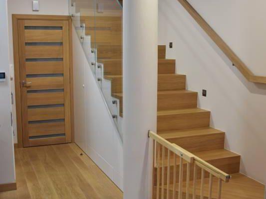 Drewniane schody w korytarzu wg projektu architekta wnętrz Białystok