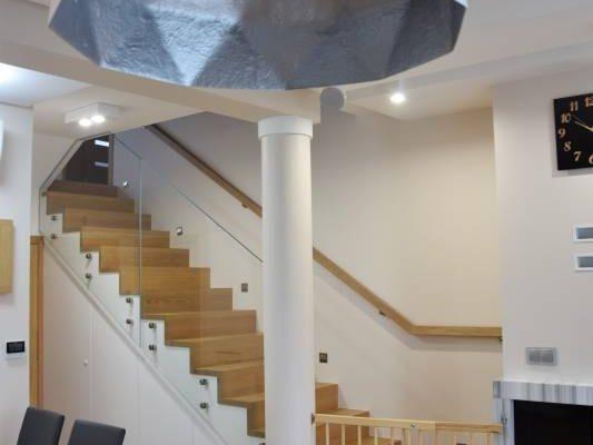 Korytarz ze schodami według aranżacji projektanta wnętrz Białystok