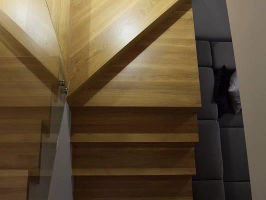 Schody w korytarzu projektu architekta wnętrz Białystok