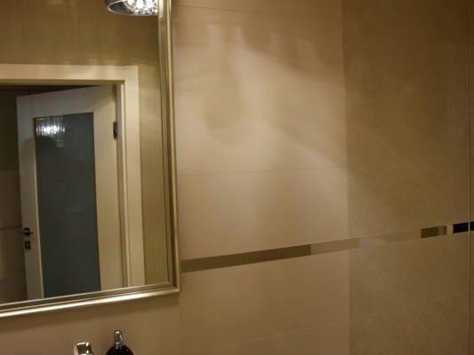 Oświetlona łazienka zaprojektowana przez architekta wnętrz Białystok