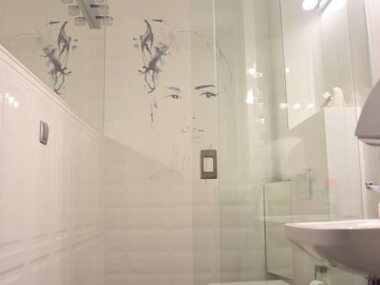 Biała łazienka zaprojektowana przez architektów wnętrz Białystok