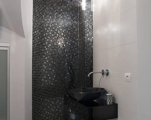 Zaprojektowane przez projektanta wnętrz wnętrze łazienki z czarnymi elementami Białystok