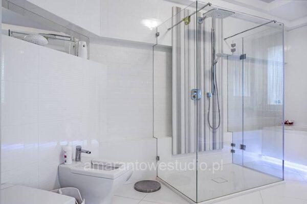 Zaprojektowana przez projektanta wnętrz łazienka wykonana na biało Białystok