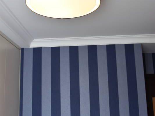 Zaprojektowana przez projektanta wnętrz sypialnia w niebieskiej tonacji Białystok