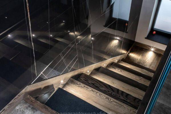 Nowoczesne schody w drewnie zaprojektowane przez projektanta wnętrz Białystok