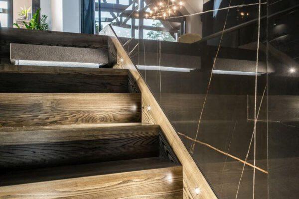Schody drewniane z oświetleniem projektu architekta wnętrz Białystok