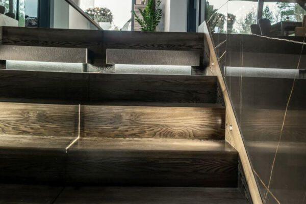 Schody podświetlane na piętro zaprojektowane przez projektanta wnętrz Białystok