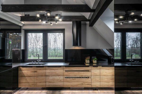 Drewnopodobne motywy w połączeniu z czernią w kuchni - projekt architekta wnętrz Białystok